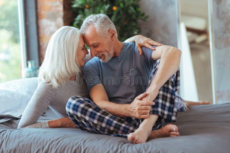 Pozytyw starzejący się pary siedzący czoło czoło zdjęcia royalty free
