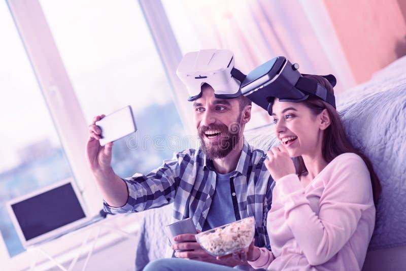 Pozytyw zachwycająca para pozuje na ich kamerze fotografia stock