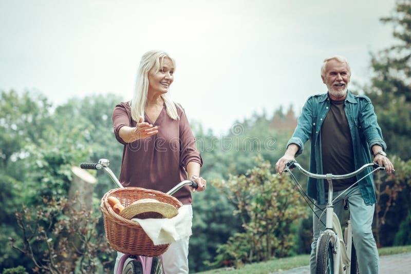 Pozytywna aktywna starsza pary jazda jechać na rowerze wpólnie zdjęcia stock