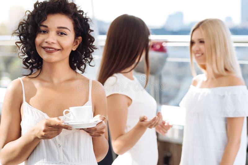 Pozytywna atrakcyjna kobieta trzyma filiżankę herbata zdjęcia royalty free