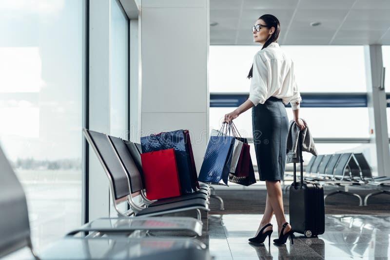 Pozytywna dama wydaje czas w lotnisku obrazy royalty free