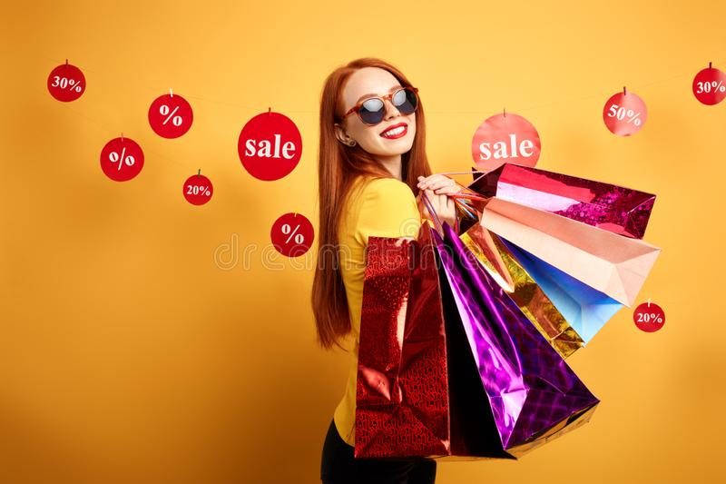 Pozytywna dobra przyglądająca dziewczyna cieszy się zakupy czas obrazy royalty free