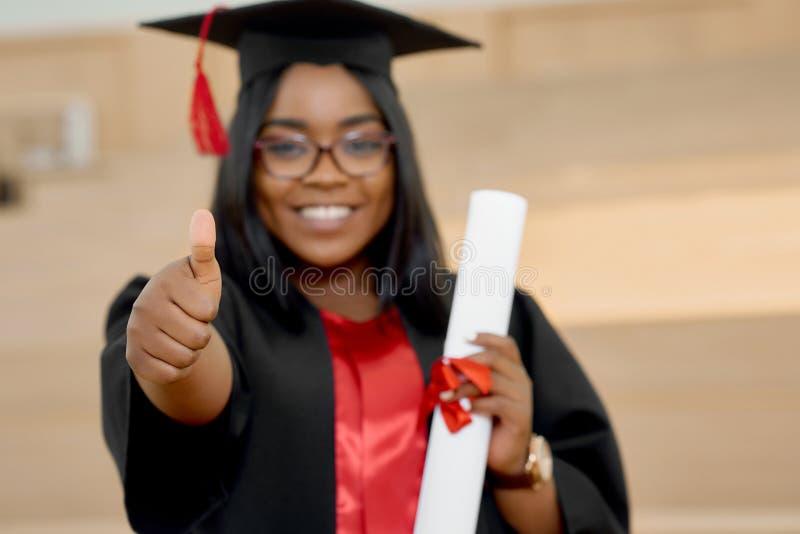 Pozytywna dziewczyna kończy studia od uniwersyteta Zamazana ostrość obraz stock