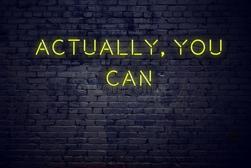 Pozytywna inspiruje wycena na neonowym znaku przeciw ścianie z cegieł właściwie możesz ty ilustracja wektor