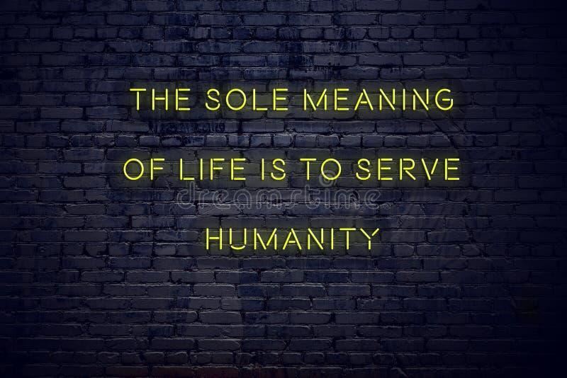 Pozytywna inspiruje wycena na neonowym znaku przeciw ścianie z cegieł wyłączny znaczenie życie jest słuzyć ludzkości royalty ilustracja