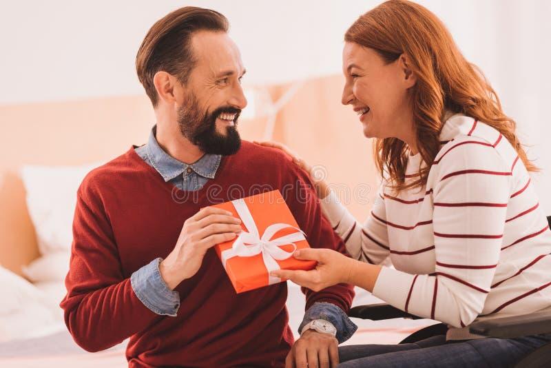 Pozytywna para świętuje ich ślubną rocznicę zdjęcia stock
