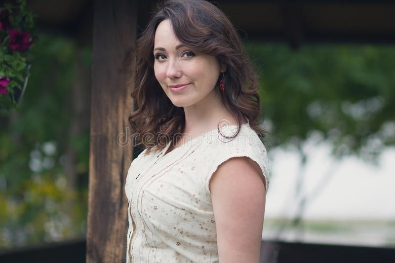 Pozytywna piękna kobieta w ogródzie zdjęcia stock