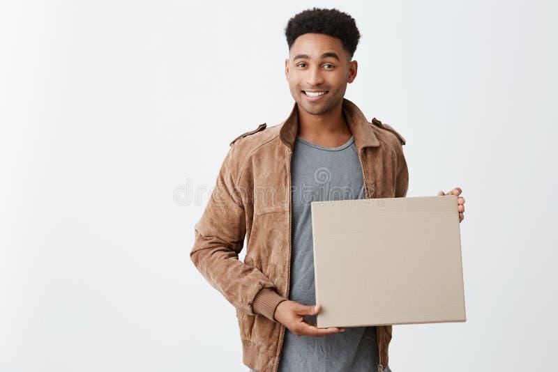 pozytywne emocje Zamyka up młoda piękna skinned samiec z afro fryzurą w przypadkowym eleganckim odzieżowym mieniu zdjęcia stock