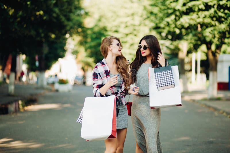 Pozytywne piękne kobiety po robić zakupy zdjęcie royalty free