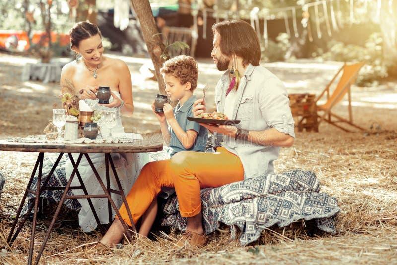 Pozytywnego ładnego rodzinnego łasowania zdrowy jedzenie wpólnie zdjęcia royalty free