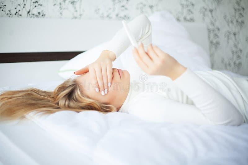 Pozytywnego ciążowego testa młodej kobiety uczucia deprymujący i smutny a zdjęcia stock
