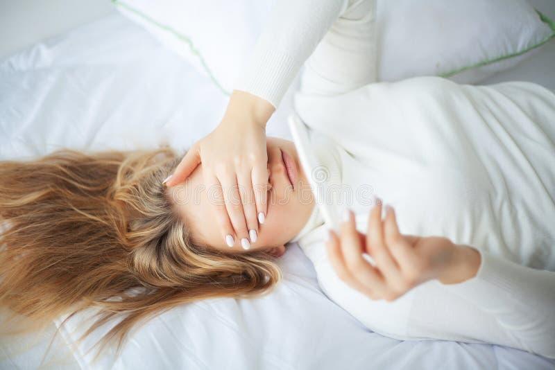Pozytywnego ciążowego testa młodej kobiety uczucia deprymujący i smutny a zdjęcie stock