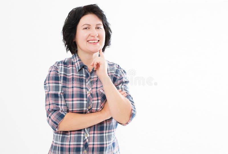Pozytywnej uśmiechniętej brunetki w średnim wieku kobieta odizolowywająca na białym tle Szczęśliwe ładne kobiety z białymi zębami zdjęcie royalty free