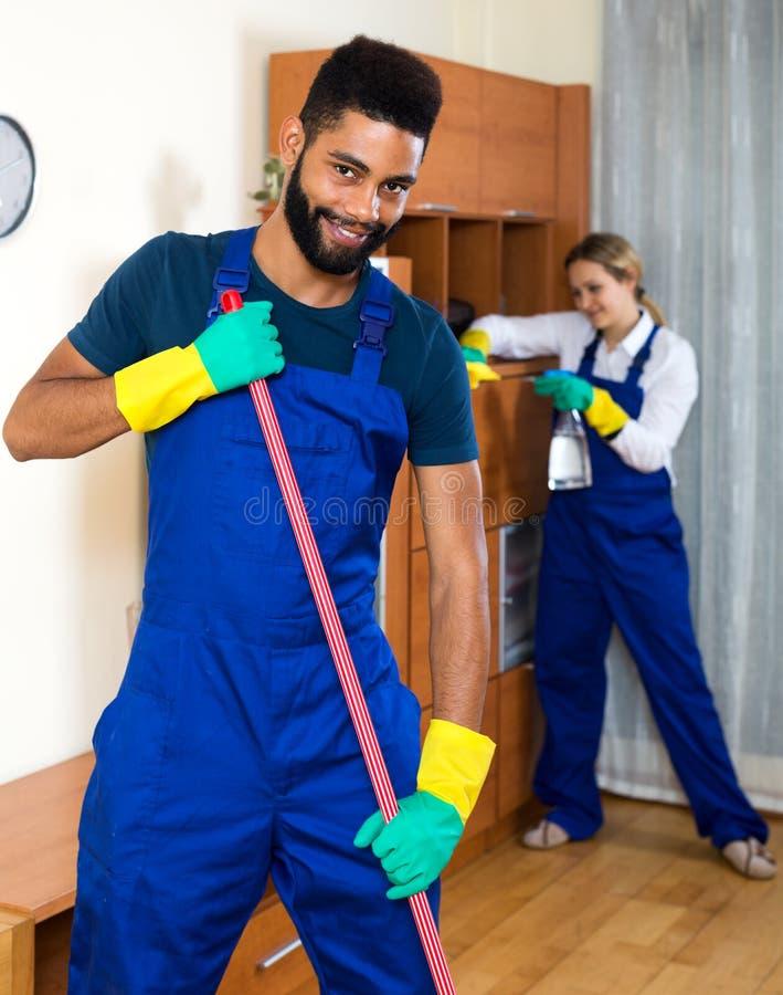 Pozytywni czyściciele czyści i odkurza fotografia royalty free