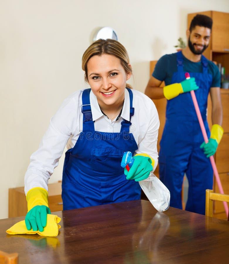 Pozytywni czyściciele czyści i odkurza w domu zdjęcia royalty free