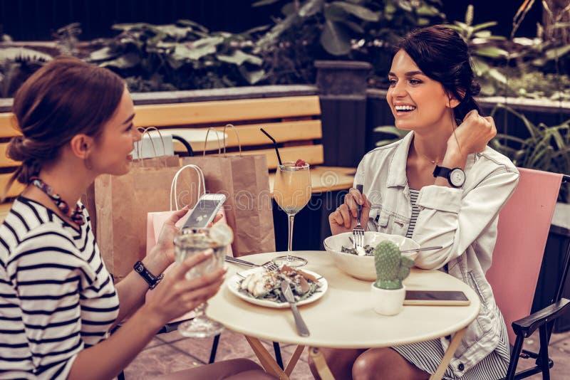 Pozytywni m?odzi ?e?scy przyjaciele ma lunch wp zdjęcie royalty free