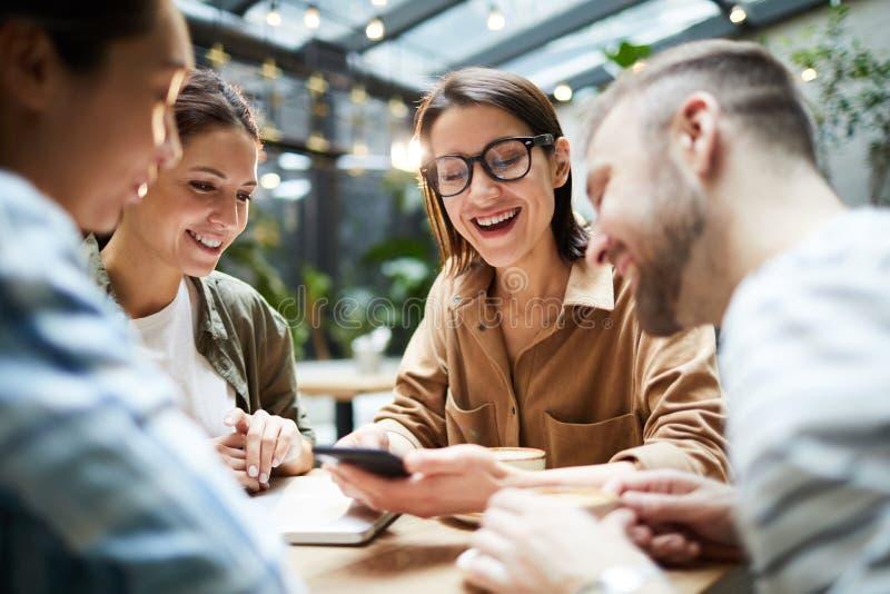 Pozytywni przyjaciele zbiera w kawiarni obrazy royalty free