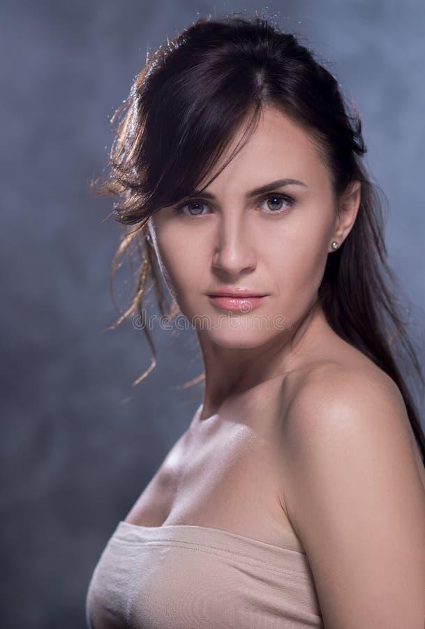 Pozytywny emocjonalny portret młoda i ładna dziewczyna obrazy royalty free