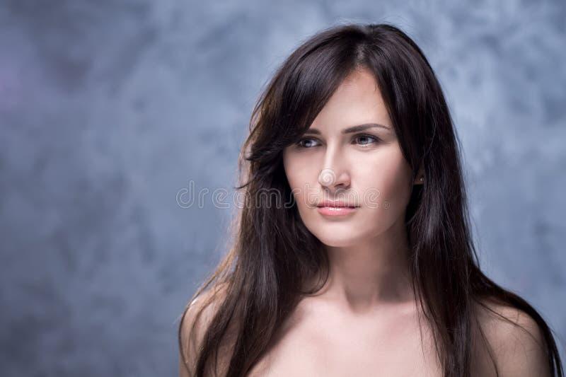 Pozytywny emocjonalny portret młoda i ładna dziewczyna fotografia stock
