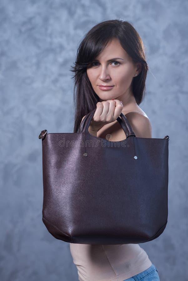 Pozytywny emocjonalny portret młoda i ładna dziewczyna z torbą obrazy royalty free