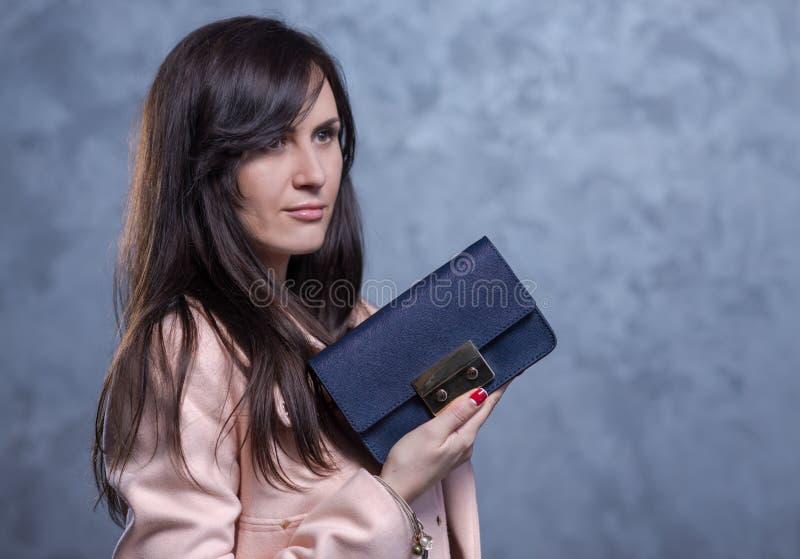 Pozytywny emocjonalny portret młoda i ładna dziewczyna z torbą zdjęcia stock