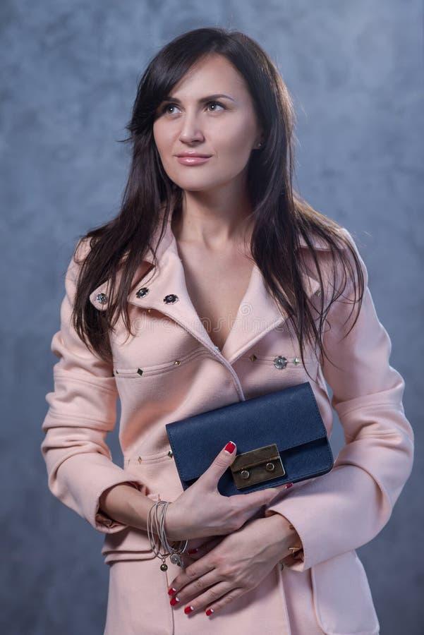 Pozytywny emocjonalny portret młoda i ładna dziewczyna z torbą zdjęcia royalty free