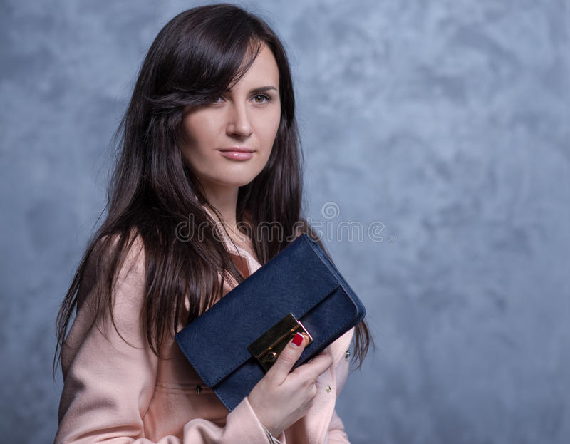 Pozytywny emocjonalny portret młoda i ładna dziewczyna z torbą fotografia stock