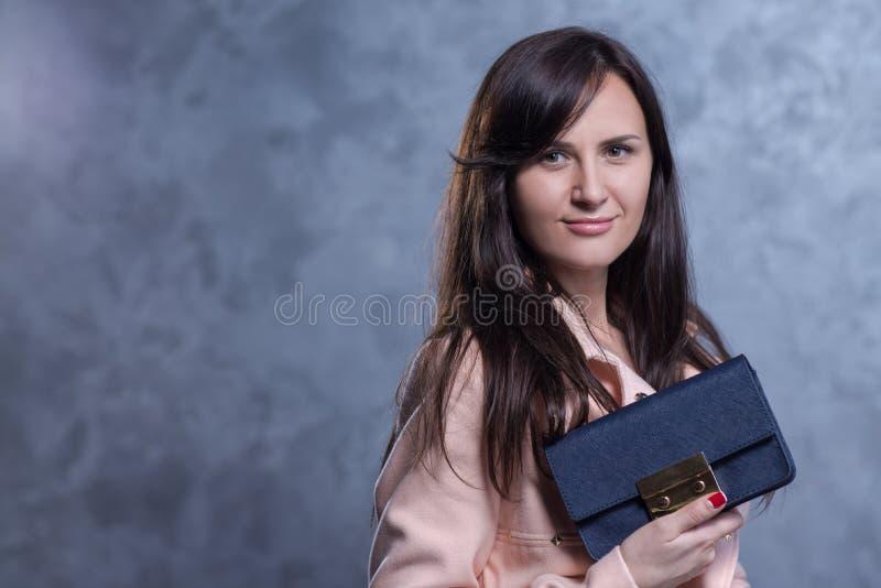 Pozytywny emocjonalny portret młoda i ładna dziewczyna z torbą fotografia royalty free