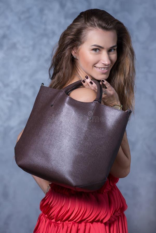 Pozytywny emocjonalny portret młoda i ładna dziewczyna z torbą B fotografia royalty free