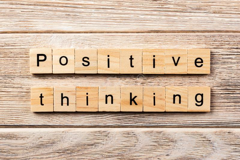 Pozytywny główkowania słowo pisać na drewnianym bloku pozytywny myślący tekst na stole, pojęcie zdjęcie royalty free