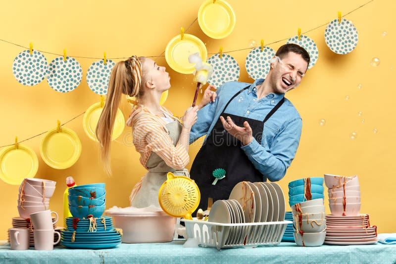 Pozytywny mężczyzna i kobieta robi gospodarstwo domowe obowiązek domowy Weekendowa aktywno?? obraz stock