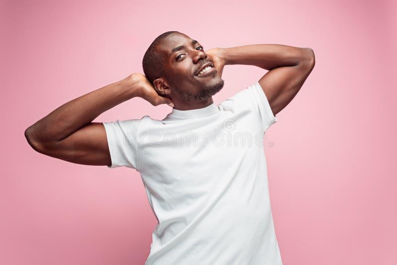 Pozytywny myślący afroamerykański mężczyzna na różowym tle zdjęcie royalty free