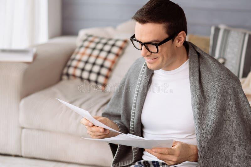 Pozytywny przystojny mężczyzna trzyma prześcieradło papier zdjęcia stock