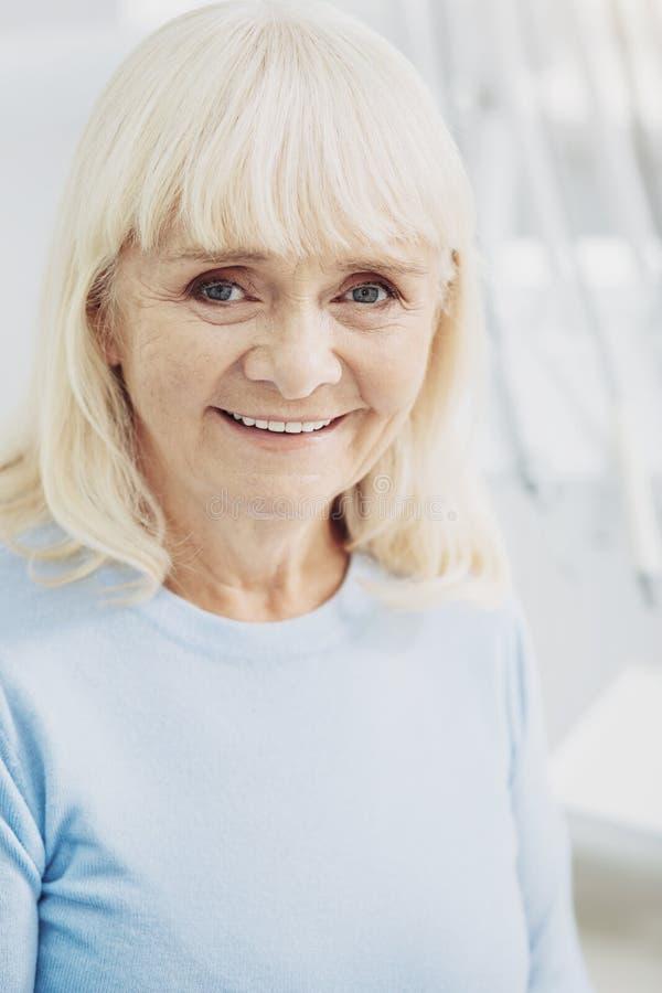 Pozytywny starszy kobiety czuć bezpiecznie obrazy stock