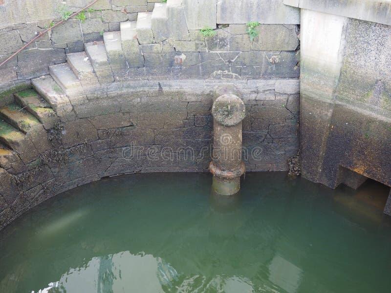 pozzo d'acqua con le scale di pietra fotografie stock