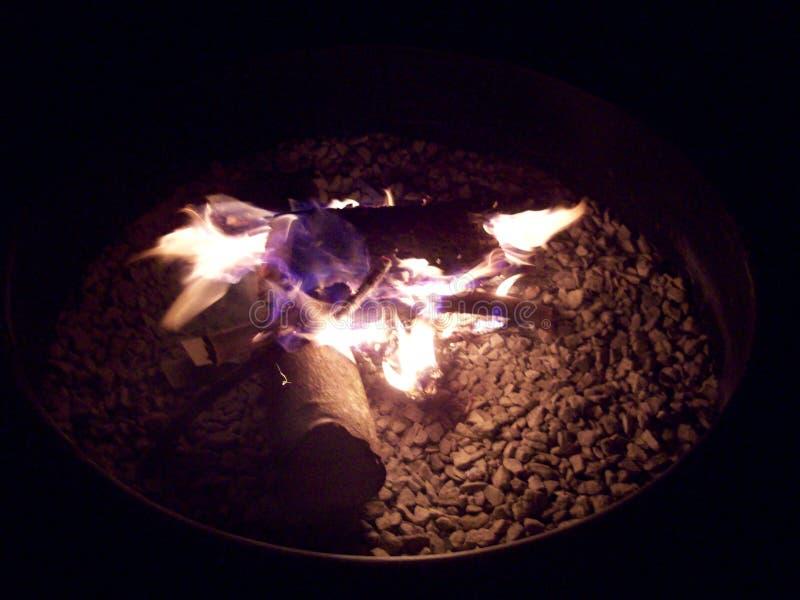 Pozzo del fuoco del cortile su una notte di estate fotografia stock