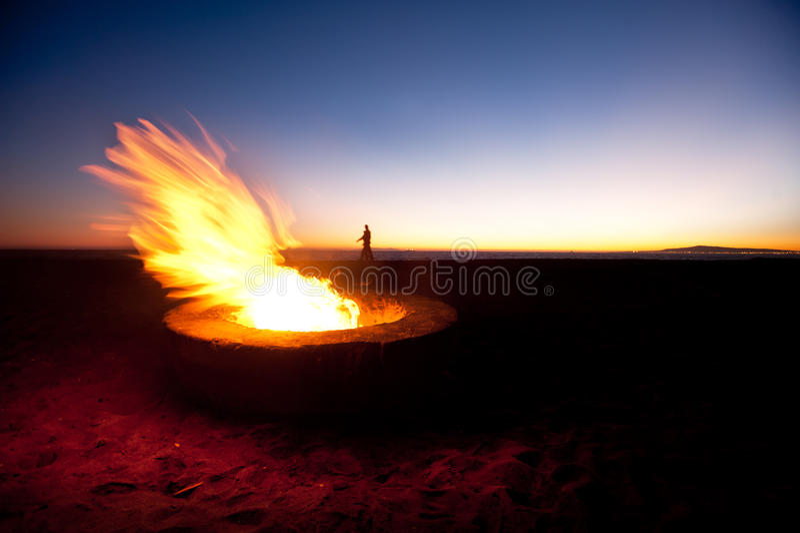 Pozzo del fuoco della spiaggia immagini stock