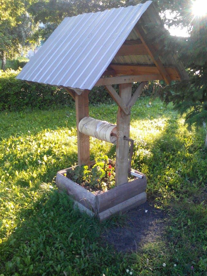 Pozzo del giardino floreale fotografie stock