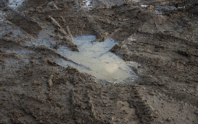 Pozzo della pozza su terra sporca fotografie stock libere da diritti