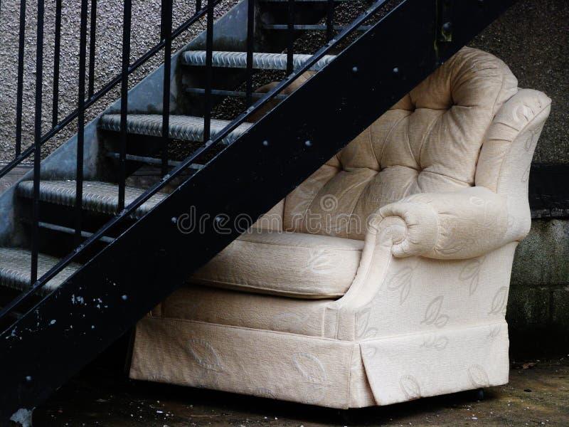 Pozzo delle scale abbandonato dell'uscita della sedia sotto tiro immagini stock libere da diritti