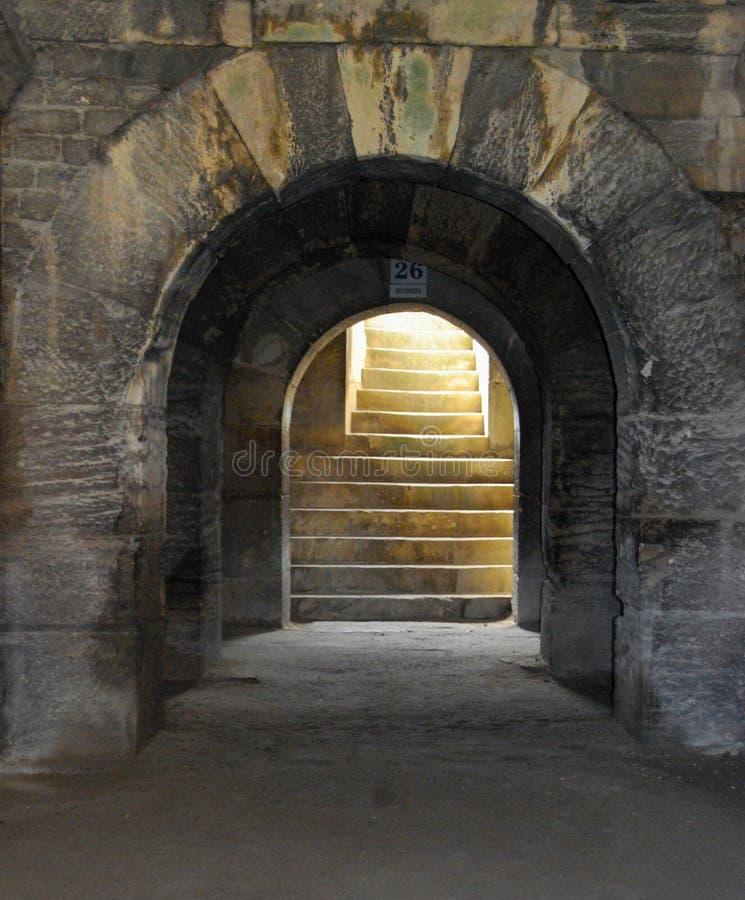 Pozzo delle scale della pietra per lastricare nell'arena medievale dell'anfiteatro di Arles immagini stock