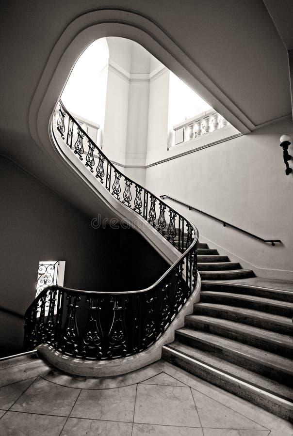Pozzo delle scale a spirale che conduce verso l'alto immagine stock libera da diritti