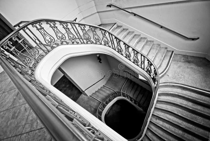 Pozzo delle scale a spirale che conduce verso l'alto immagine stock