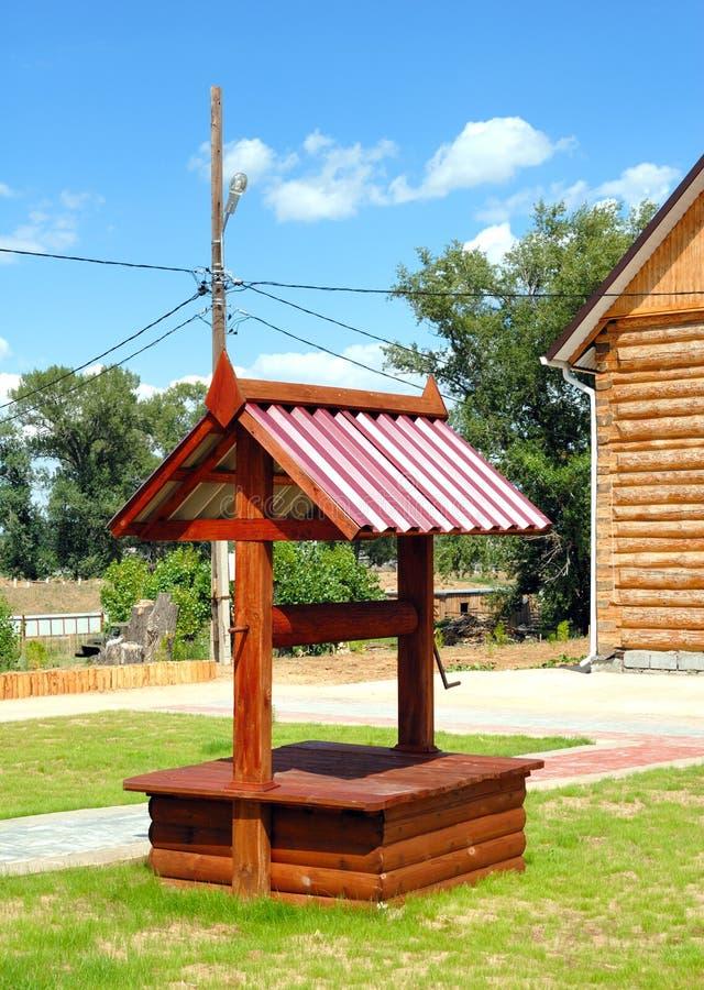 Download Pozzo di legno immagine stock. Immagine di frontage, erba - 7304767