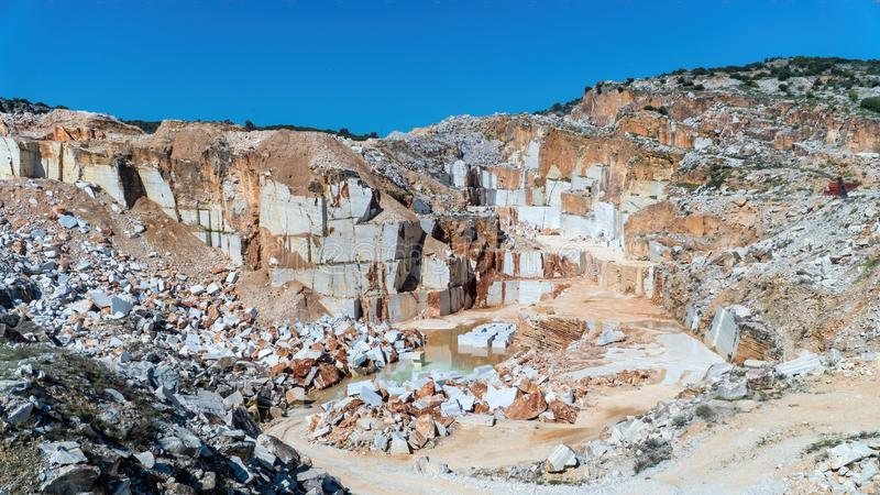 Pozzo di marmo della cava in pieno delle rocce e dei blocchi nell'isola di Marmara, Turchia fotografia stock libera da diritti