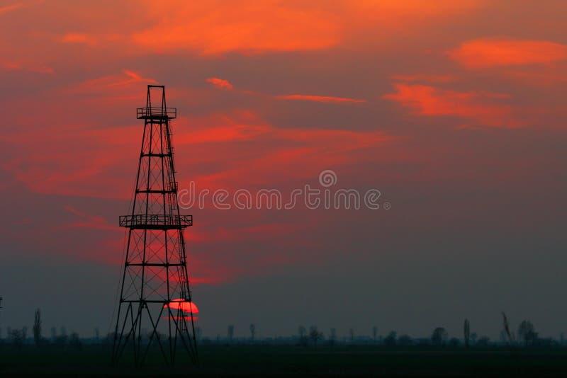 Pozzo di petrolio abbandonato al crepuscolo immagine stock libera da diritti