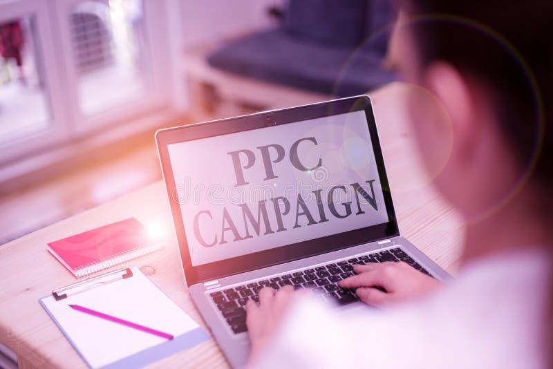 PPC-Kampagne für die Handschrift Konzept bedeutet PPC verwenden, um ihre Produkte und Dienstleistungen zu fördern Frau Laptop stockfoto