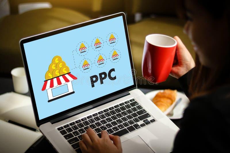 PPC - Paga por concepto de trabajo del hombre de negocios del concepto del tecleo imágenes de archivo libres de regalías