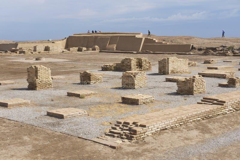 Ppeople在奇姆肯特,哈萨克斯坦探索讹答剌废墟  免版税图库摄影