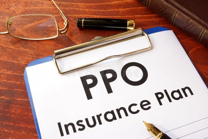 PPO-försäkringplan på en tabell royaltyfri bild